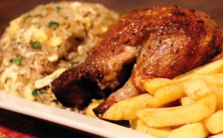Arroz chaufa con pollo a la brasa